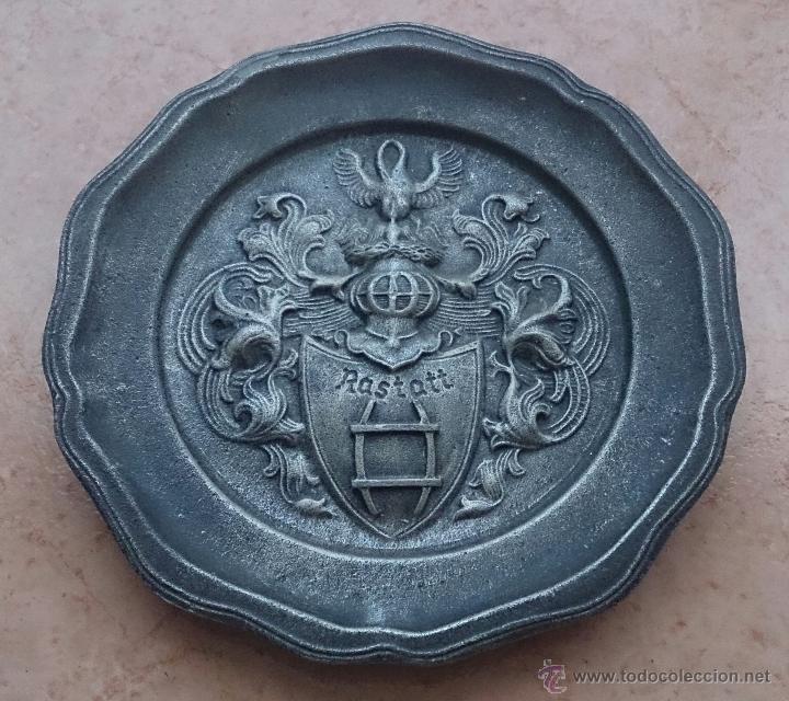 PLATO ANTIGUO EN PELTRE CON ESCUDO EN RELIEVE DE LA CIUDAD DE RASTATT, BADÉN-WURTTEMBERG (ALEMANIA). (Antigüedades - Hogar y Decoración - Platos Antiguos)