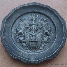 Antigüedades: PLATO ANTIGUO EN PELTRE CON ESCUDO EN RELIEVE DE LA CIUDAD DE RASTATT, BADÉN-WURTTEMBERG (ALEMANIA).. Lote 53377056