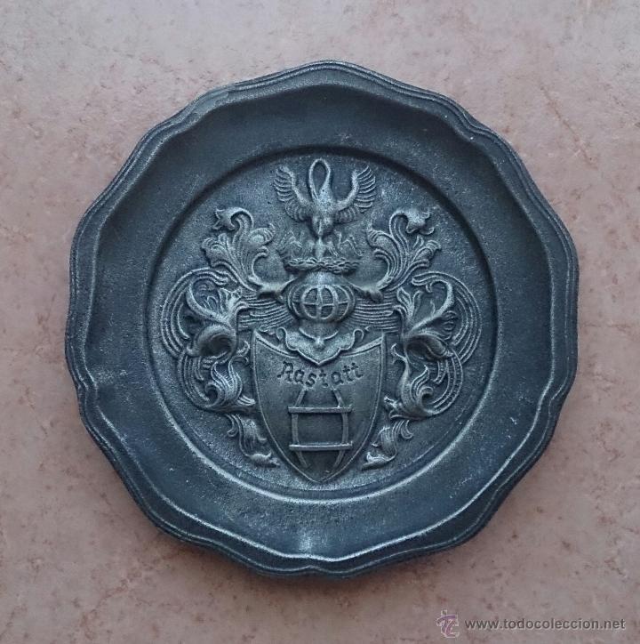 Antigüedades: Plato antiguo en peltre con escudo en relieve de la ciudad de Rastatt, Badén-Wurttemberg (Alemania). - Foto 5 - 53377056