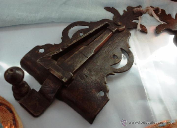 Antigüedades: CENTENARIA PAREJA DE CERRADURAS DEL SIGLO XVIII. ESPECTACULARES. FORJA ANTIGUA: - Foto 2 - 53403293