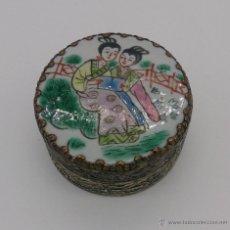 Antigüedades: CAJA ANTIGUA CHINA EN PORCELANA PINTADA A MANO Y METAL REPUJADO CON ESPEJO EN EL INTERIOR .. Lote 53404621