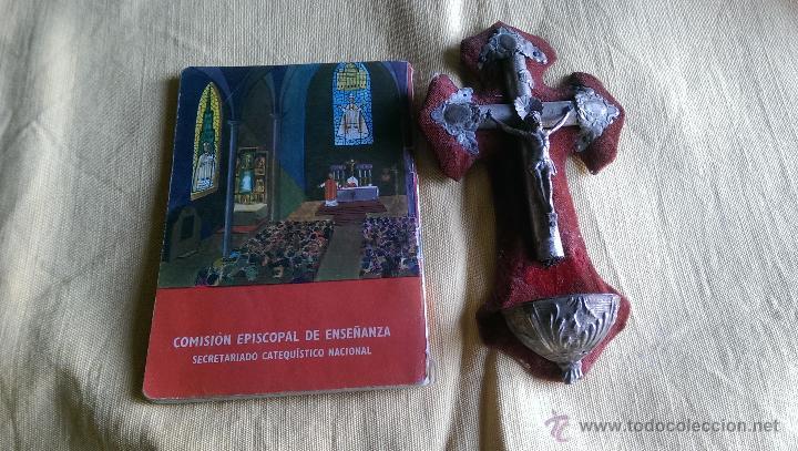CATECISMO 1965 Y ANTIGUA BENDITERA (Antigüedades - Religiosas - Benditeras)