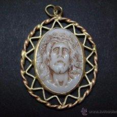Antigüedades: BONITA MEDALLA DE METAL DORADO Y PORCELANA TALLADA CON LA IMAGEN DEL CRISTO DE LIMPIAS . Lote 53454339