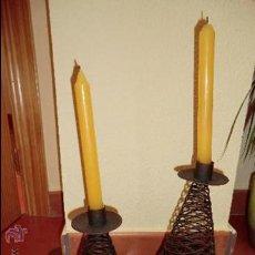 Antiquitäten - Pareja de candelabros realizados en metal, distintas alturas. - 30884651