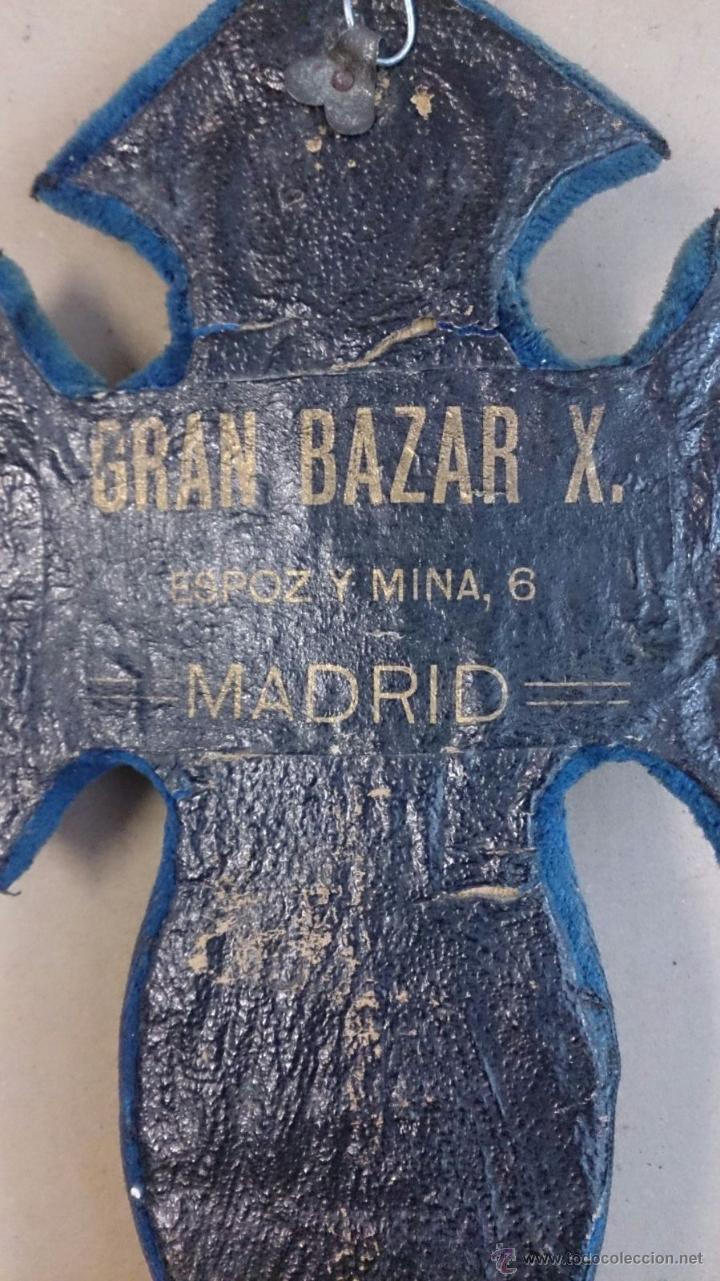 Antigüedades: Cruz benditera en metal sobre terciopelo - Foto 2 - 53543077