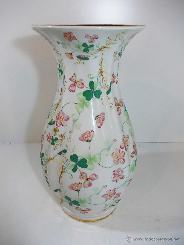 JARRON DE CERAMICA CON DECORACIONES FLORALES (Antigüedades - Hogar y Decoración - Floreros Antiguos)