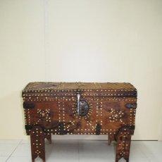 Antigüedades: BAÚL ANTIGUO DE MADERA CON CHINCHETAS. Lote 53548164
