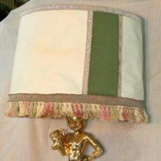Antigüedades: LAMPARA DE SOBREMESA CON PIE DE RESINA CROMADA EN DORADO. Lote 53560519