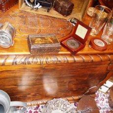 Antigüedades: FANTASTICO BAUL EN MADERA MACIZA CON TALLA EN LA TAPA. Lote 53564529