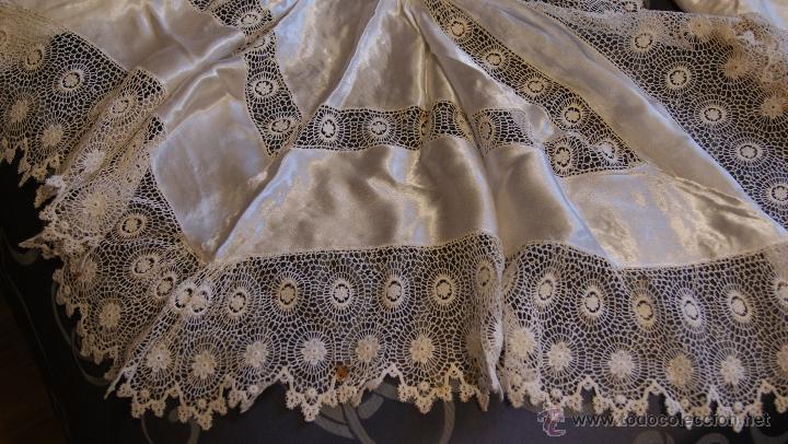 Antigüedades: Traje de Cristianar, Bautismo con faldón y gorro, seda. Precioso encaje con puntilla, bordado. S.XIX - Foto 5 - 53574434