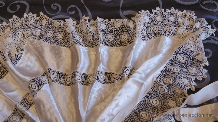 Antigüedades: Traje de Cristianar, Bautismo con faldón y gorro, seda. Precioso encaje con puntilla, bordado. S.XIX - Foto 8 - 53574434