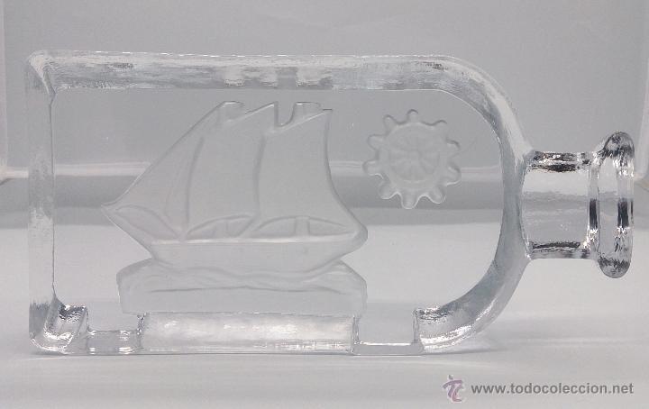 Antigüedades: Gran pisapapeles antiguo en cristal prensado con barco y timón grabados al ácido y estuche forrado . - Foto 2 - 53580212