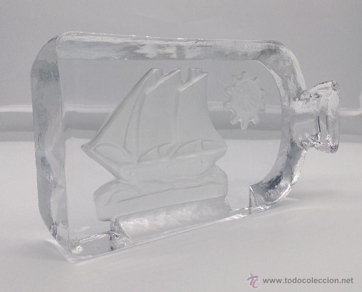 Antigüedades: Gran pisapapeles antiguo en cristal prensado con barco y timón grabados al ácido y estuche forrado . - Foto 3 - 53580212