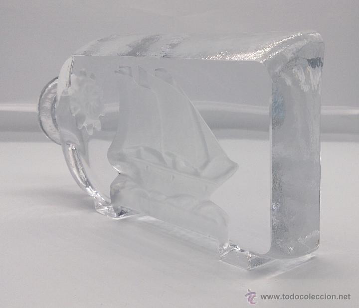 Antigüedades: Gran pisapapeles antiguo en cristal prensado con barco y timón grabados al ácido y estuche forrado . - Foto 5 - 53580212
