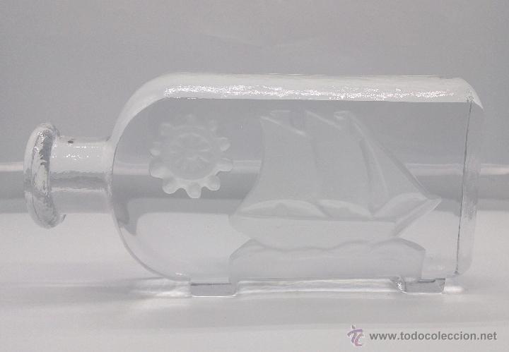 Antigüedades: Gran pisapapeles antiguo en cristal prensado con barco y timón grabados al ácido y estuche forrado . - Foto 6 - 53580212