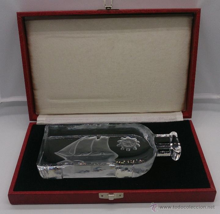 Antigüedades: Gran pisapapeles antiguo en cristal prensado con barco y timón grabados al ácido y estuche forrado . - Foto 15 - 53580212