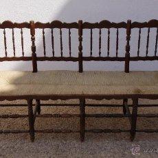 Antigüedades: ANTIGUO BANCO DE MADERA CON ASIENTO DE ENEA O CANAPE PARA 4 PLAZAS. Lote 53585367