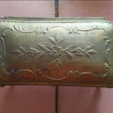 Antigüedades: FANTÁSTICO JOYERO ISABELINO EN CALAMINA Y CAPITONE. S. XIX. Lote 53601230