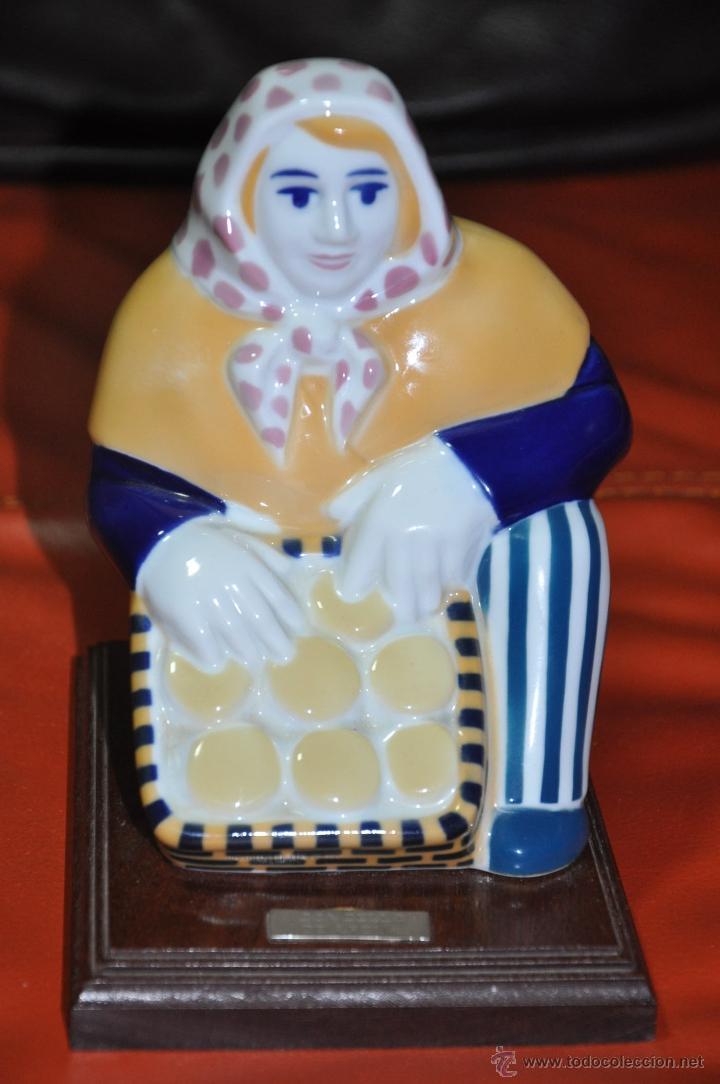 FIGURA DE SARGADELOS QUEIXEIRA O VENDEDORA DE QUESOS CONCELLO DE ARZUA (Antigüedades - Porcelanas y Cerámicas - Sargadelos)