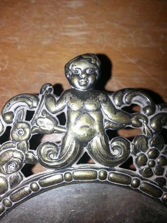 Antigüedades: antiguo porta retrato modernista marco religioso con angeles metal labrado sobremesa leer - Foto 9 - 53701080