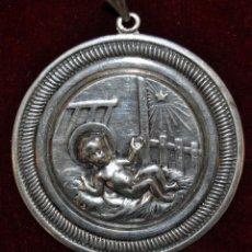 Antigüedades: MEDALLA EN PLATA DEL NIÑO JESÚS DEL SIGLO XIX CON SUS PUNZONES CORRESPONDIENTES. Lote 53780697