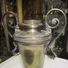 Antigüedades: ANTIGUO JARRÓN FLORERO, DE METAL PLATEADO. 33,5 CMS. ALTURA. CRISTAL EN INTERIOR. Lote 53781639