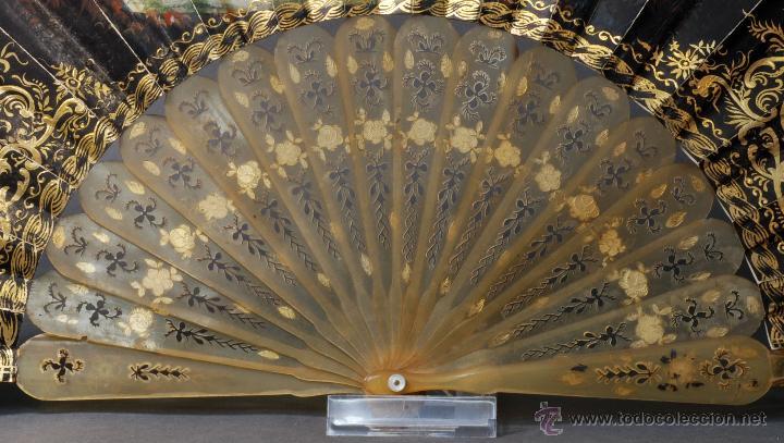 Antigüedades: Abanico varillas asta decorada dorados país papel pintado escenas galantes S XIX - Foto 2 - 53786429