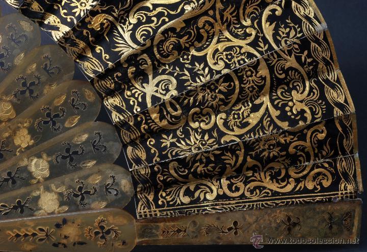 Antigüedades: Abanico varillas asta decorada dorados país papel pintado escenas galantes S XIX - Foto 3 - 53786429