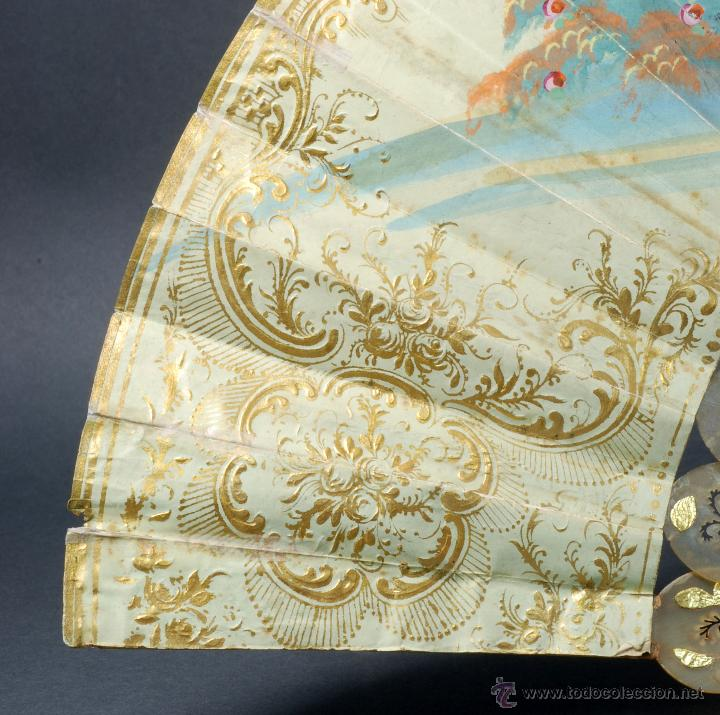 Antigüedades: Abanico varillas asta decorada dorados país papel pintado escenas galantes S XIX - Foto 9 - 53786429