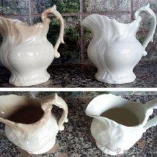 Antigüedades: PAREJA DE 2 ANTIGUAS JARRA ISABELINA DE LOZA BLANCA Y LIGERO TONO MARRÓN. Lote 145760402
