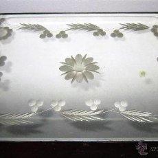 Antigüedades: BANDEJA DE ESPEJO ANTIGUA, TALLADA CON ASAS. Lote 53847443