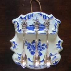 Antigüedades: PORCELANA DELFT BLUE PINTADA A MANO CON 3 CUCHARILLAS BAÑO DE PLATA. VER FOTOS. Lote 53863844