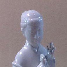 Antiquitäten - Figura de porcelana blanca mujer oriental con pajaro - 53865393