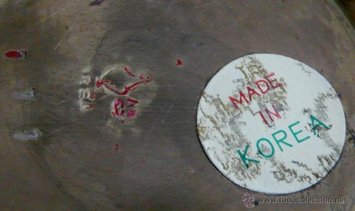 Antigüedades: FLORERO COREANO EN LATON ESMALTE ROJO CON INCRUSTACIONES DE NACAR - Foto 2 - 53942952