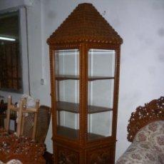 Antigüedades: VITRINA TALLADA DE BALI. Lote 53951424