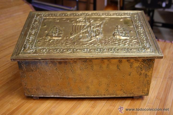 BAÚL COFRE EN MADERA FORRADO DE METAL REPUJADO (Antigüedades - Muebles Antiguos - Baúles Antiguos)