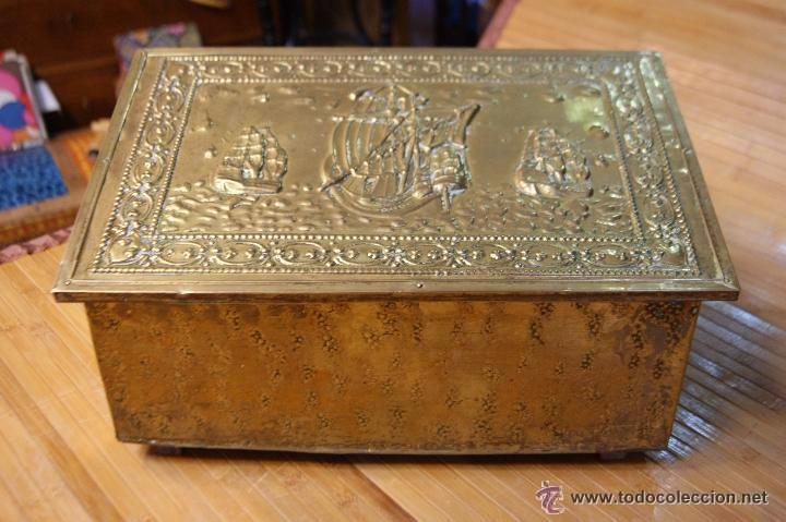 Antigüedades: BAÚL COFRE EN MADERA FORRADO DE METAL REPUJADO - Foto 2 - 53964651