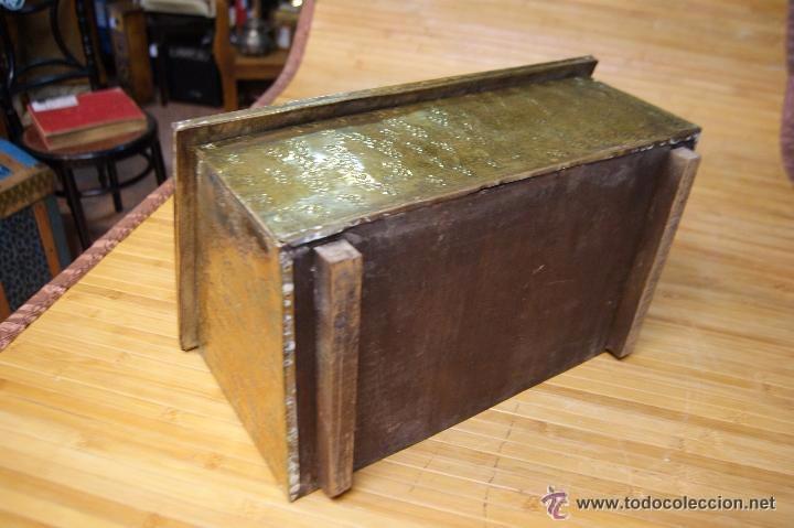 Antigüedades: BAÚL COFRE EN MADERA FORRADO DE METAL REPUJADO - Foto 5 - 53964651