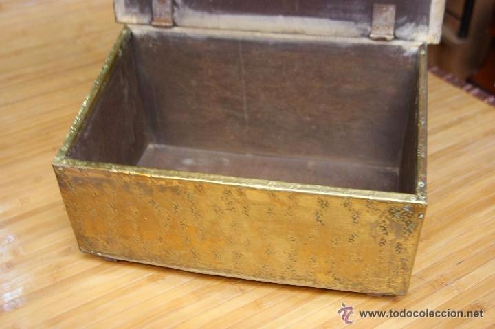 Antigüedades: BAÚL COFRE EN MADERA FORRADO DE METAL REPUJADO - Foto 6 - 53964651