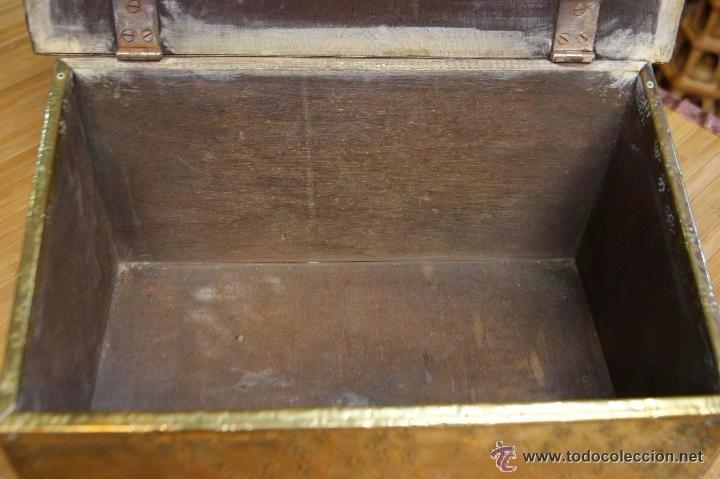 Antigüedades: BAÚL COFRE EN MADERA FORRADO DE METAL REPUJADO - Foto 7 - 53964651