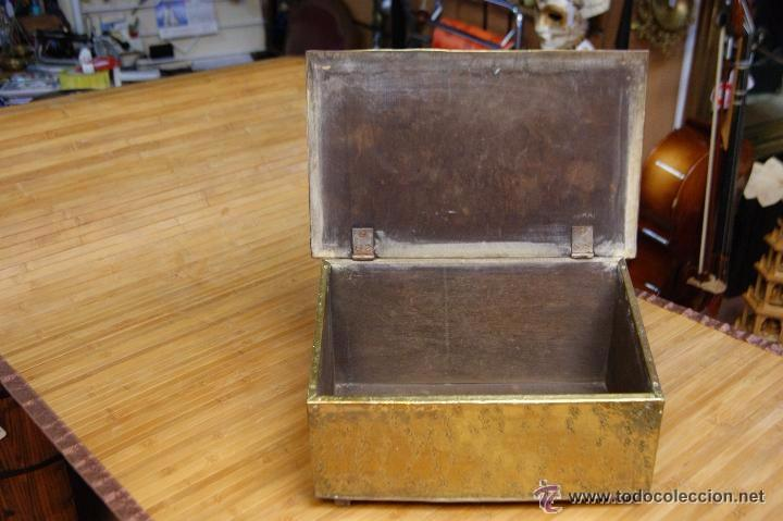 Antigüedades: BAÚL COFRE EN MADERA FORRADO DE METAL REPUJADO - Foto 9 - 53964651