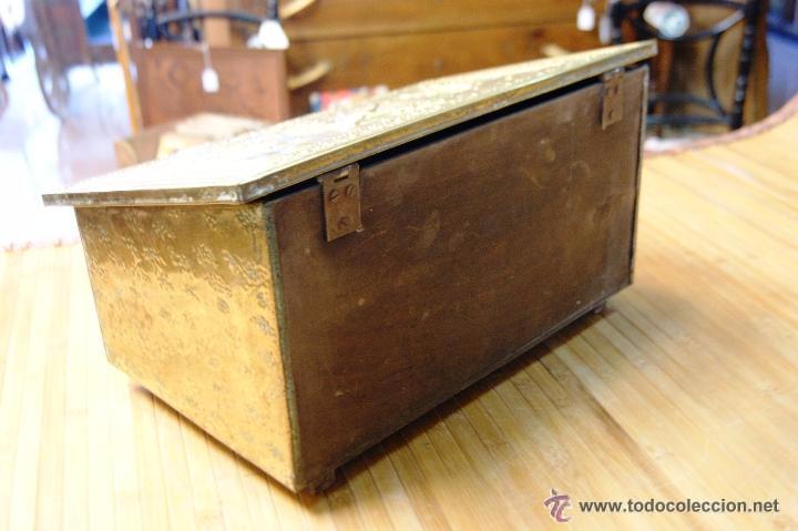 Antigüedades: BAÚL COFRE EN MADERA FORRADO DE METAL REPUJADO - Foto 10 - 53964651