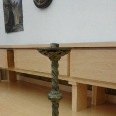 Antigüedades: CANDELABRO DE METAL SIGLO XIX DE 40 CM DE ALTO ESTADO EXCELENTE. Lote 54002716