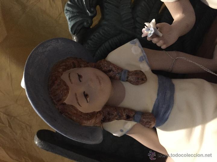 Antigüedades: Conjunto de dos niños sentados en banco de NADAL - Foto 3 - 96947906