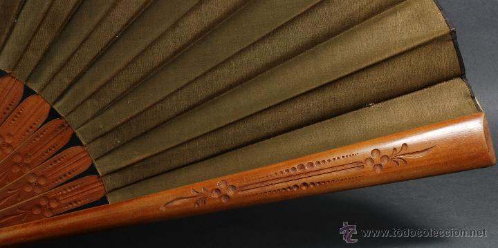 Antigüedades: Abanico varillas madera tallada país seda pintada pájaros aves S XX Buen estado - Foto 2 - 54054899