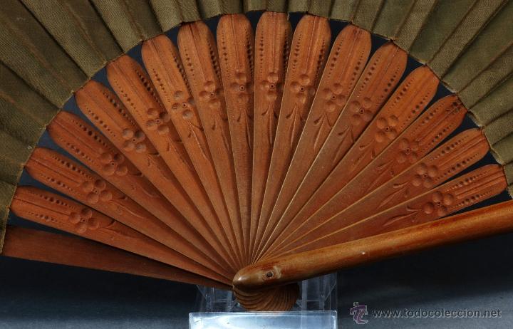 Antigüedades: Abanico varillas madera tallada país seda pintada pájaros aves S XX Buen estado - Foto 3 - 54054899