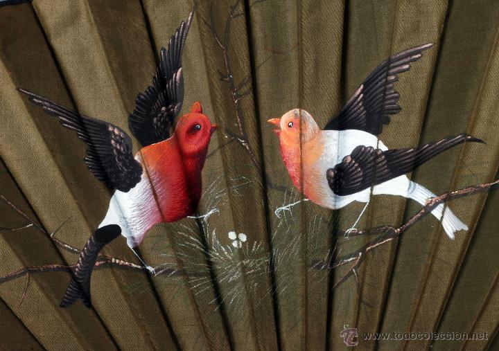 Antigüedades: Abanico varillas madera tallada país seda pintada pájaros aves S XX Buen estado - Foto 4 - 54054899