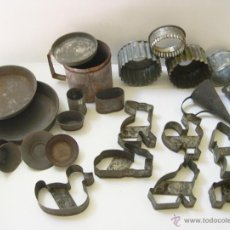 Antigüedades: LOTE DE 24 CACHARROS DE COCINA Y REPOSTERIA DE LATA ESTAÑADA.. Lote 54064685