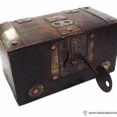 Antigüedades: ARQUETA COFRE DE MADERA CON HERRAJES EN METAL CINCELADO Y COBRE. Lote 53961722