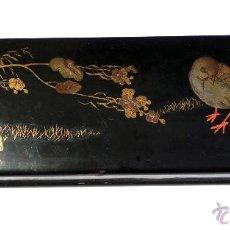 Antigüedades: CAJA ABANICOS JAPONESA EN MADERA LACADA EN NEGRO Y ROJO CON MOTIVOS VEGETALES Y PAJARO 4,5X9X30CM. Lote 54099548